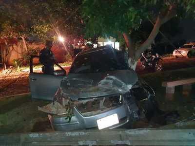 Mujer casi muere al perder control de su auto y estrellarse contra una columna de la ANDE