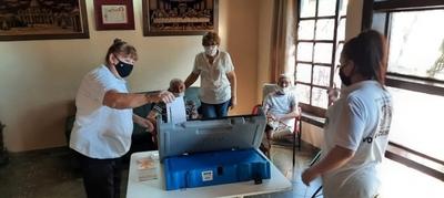 Solicitantes del plan Voto en Casa se familiarizan con máquinas de votación