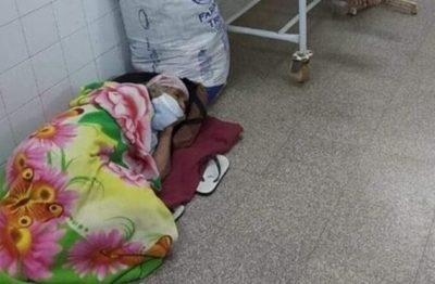 """Foto de abuelita acostada en el piso es real pero """"fue mientras le buscaban lugar"""", según doctor"""