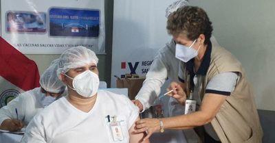 Califican de desordenado y negligente sistema de vacunación a médicos