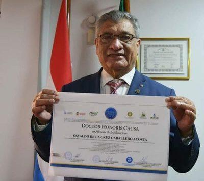 Rector de la UNE recibe título de Dr. Honoris Causa