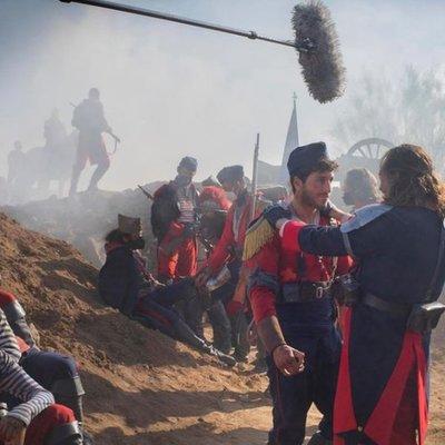 """Sebastián Yatra en el set de la serie musical de """"Érase una vez…Pero ya no"""" de Netflix"""