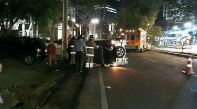 Tras vuelco parcial de vehículo, conductora resultó ilesa