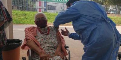 Abuelitos tienen tiempo hasta hoy de inmunizarse contra el COVID-19 – Prensa 5