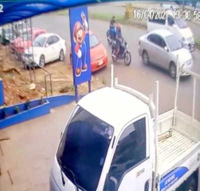Hurtan motocicleta del estacionamiento de un comercio