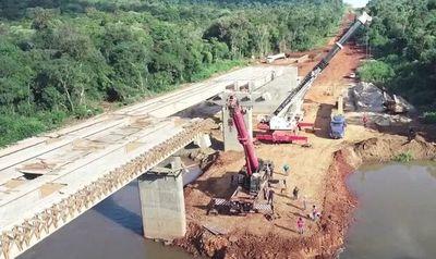 Culminan montaje de vigas para anhelado puente