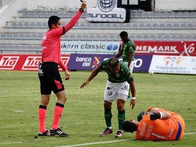 Expulsan a argentino Pucheta por orinar en pleno partido en torneo de Ecuador