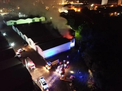 Bomberos controlan incendio provocado en complejo de depósitos