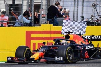F1: Verstappen gana en Imola ante un Hamilton que se robó aplausos