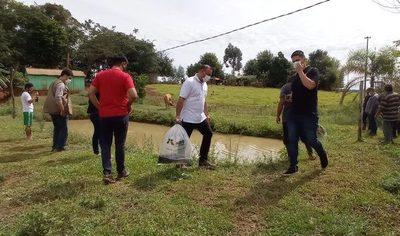 Ferreira distribuye alevines en Minga Guazú