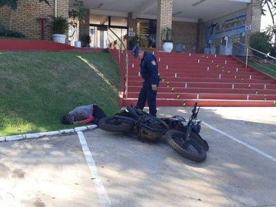 Guardia tomó tereré con somnilera y apareció tumbado en la calle