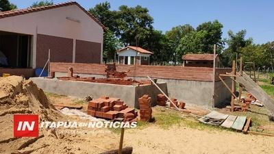 AVANZAN CON CONSTRUCCIONES DE AULAS Y SANITARIOS EN ITAPÚA.