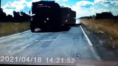 Maniobra le salva la vida de impactar contra camión