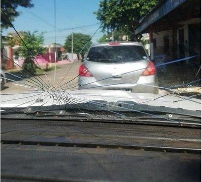 """Crónica / Dijo """"no"""" y limpiavidrios le rompieron el parabrisas"""