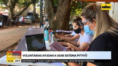 Voluntarias ayudan a usar el sistema pytyvô medicamentos