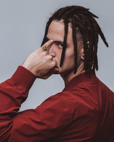 Ale$tar, el rapero que subía a los buses con su parlante, presenta su primer disco