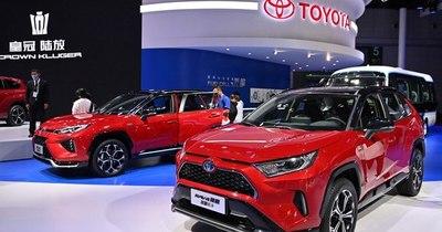 La Nación / Toyota, campeona de los híbridos, desvela su gama de coches eléctricos