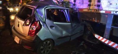 Violento choque de vehículo contra camión de gran porte