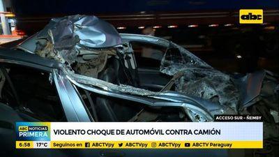 Automóvil choca violentamente contra un camión sobre Acceso Sur