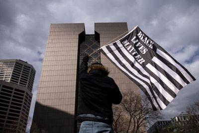 Celebran en EE.UU. fallo contra por asesinato de George Floyd pero piden reformar sistema policial