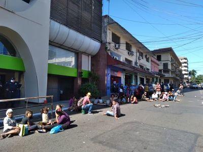 Indígenas de la etnia Mby'a Guaraní deambulan por el centro y ahora cierran la calle Yegros