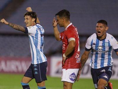 Un cabezazo de Juan Cáceres salva a Racing en el final