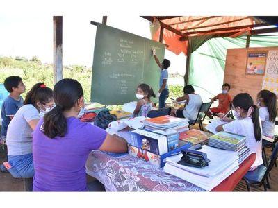 Esperanzador: Profesor enseña a niños del Bañado Norte bajo carpa