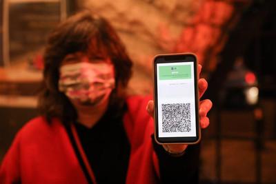 Francia será el primer país europeo en implementar los pasaportes sanitarios para viajar