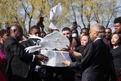 El funeral de Wright se convierte en un grito por la reforma policial en EEUU