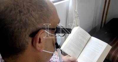 La Nación / Día del Libro: más personas se suman a la lectura gracias a OrCam