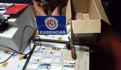 Desbaratan red de falsificadores de documentos que adulteraba hasta certificados de hisopado COVID negativo