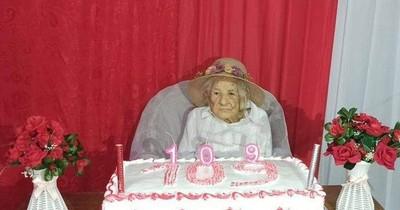 """La Nación / Doña Petrona, la abuela de 109 años: """"Que se vacune un joven, ellos son el futuro de este país"""""""