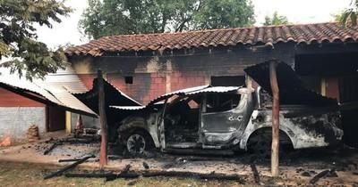 La Nación / Desconocidos queman camioneta y motocicleta en subcomisaría de Loreto