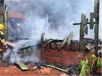 Hombre habría quemado la casa de su madre en Tomás Romero Pereira