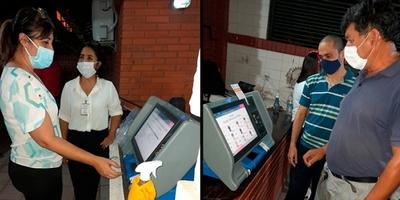 Residentes de Lambaré practican con las Máquinas de Votación