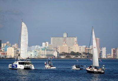 Cubanos demandan el fin del embargo estadounidense a pie, en moto y en barco
