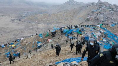 Miles de peruanos que se quedaron sin techo por la pandemia crean un asentamiento temporal