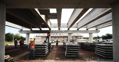 La Nación / Iniciaron montaje de prelosas en viaducto de acceso al puente Héroes del Chaco