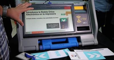 La Nación / Nativos son capacitados para utilizar máquinas de votación