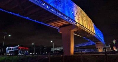 La Nación / Iluminación de la pasarela de ñandutí con colores azul y oro es repudiada por luqueños