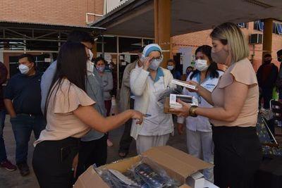 Comunicadores de Clínicas festejan su día con donación a familiares de pacientes con covid-19