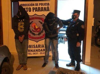 Ebrios huyen de control policial y chocan contra local comercial