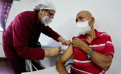 Salud reinició la vacunación a adultos mayores de 75 años