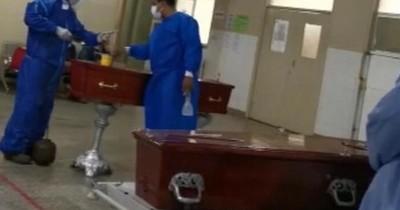 La Nación / Colocan féretros en pasillos del hospital de Concepción por muertes en urgencias