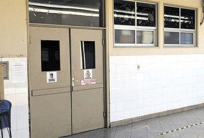 Féretros son colocados en la sala de espera del Hospital de Concepción ante la falta de espacio