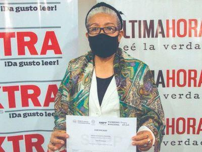 Con el Diario Extra, doña de 66 años se recibió de pintora profesional