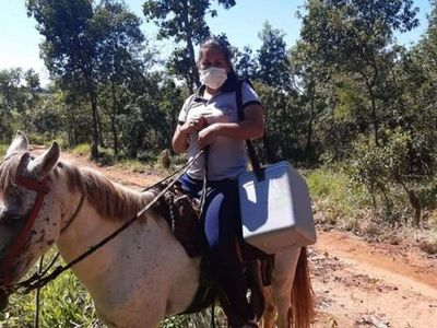 Médicos y enfermeras recorren a caballo para atender a pacientes