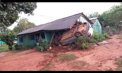 Tatáre, incrustó su auto por zaguán de una casa. Ndaipori omanova, pero le costará 10 palenques