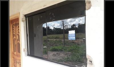 A compatriota que labura en Chile y construye su casita aquí, le robaron las rejas de la ventana