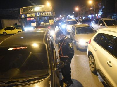 Militares y policías realizan controles en las calles